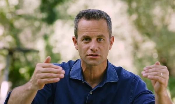 """O ator é conhecido por interpretar o jornalista Buck Williams em """"Deixados para Trás"""". (Foto: Reprodução/YouTube)."""