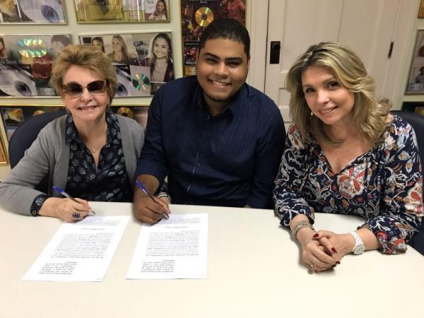Danilo Franco com a presidente da MK, Yvelise de Oliveira, e a diretora artística da gravadora, Marina de Oliveira Foto: Divulgação