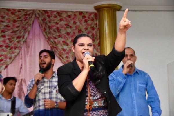 Com Fernanda Brum e Midian, Léa Mendonça consagra CD