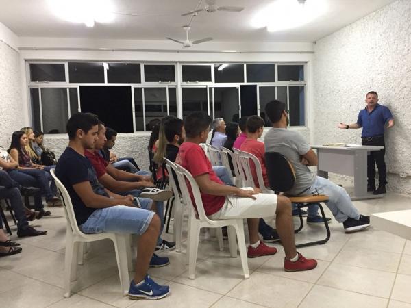 Jovens da FADILESTE continuam com o culto e evangelismo na instituição