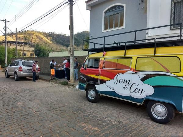 O projeto Som do Céu, na direção do pastor, Ramon Mendonça, continua realizando ações sociais em Carangola. Essa semana a equipe de evangelismo, promoveram uma ação na porta das escolas do município.