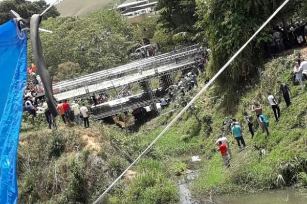 A ponte teria sido construída especificamente para atender ao evento.