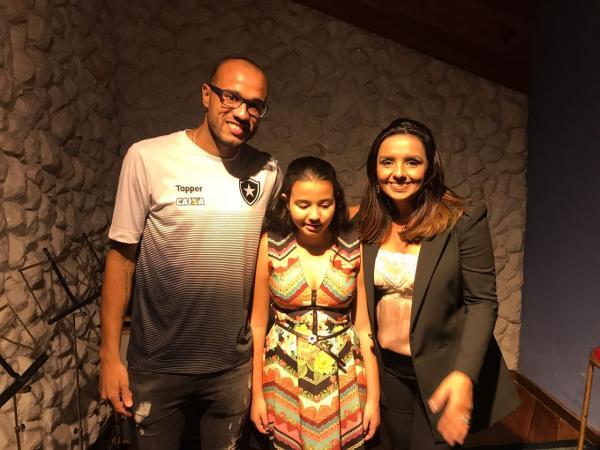 Filha de Roger, do Botafogo, conhece a cantora Liz Lanne