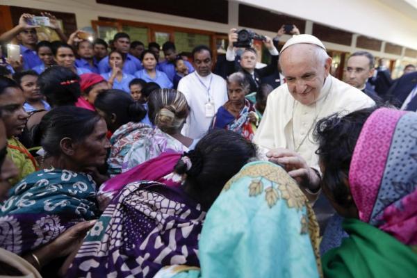 O papa Francisco visitou um abrigo para órfãos, mães solteiras e idosos, em Dacca, capital do Bangladesh Foto: EFE/Andrew Medichini