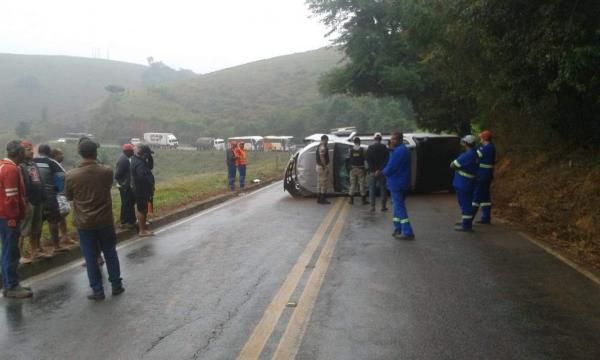 Uma caminhonete S10 tombou no km 53 da MG-111, em Santana do Manhuaçu, na manhã de quinta-feira, 12/07.