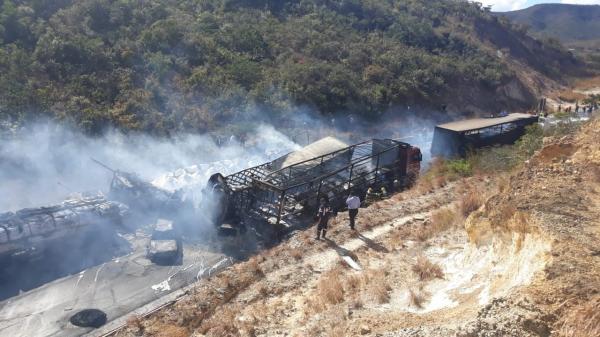 Acidente envolvendo carretas, ônibus e carros deixa mortos e feridos na BR-251