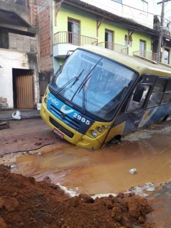 Ônibus afunda na Rua Silas Pacheco em Manhuaçu