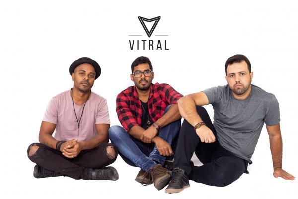 """A banda é composta Thyellis Cesar (voz e violão), Salvador Jr. (Baixo) e Waldir Jr./Juba (bateria). O single reforça o convite: """"Há uma vida melhor, absurdamente mais empolgante. Que tal?"""""""