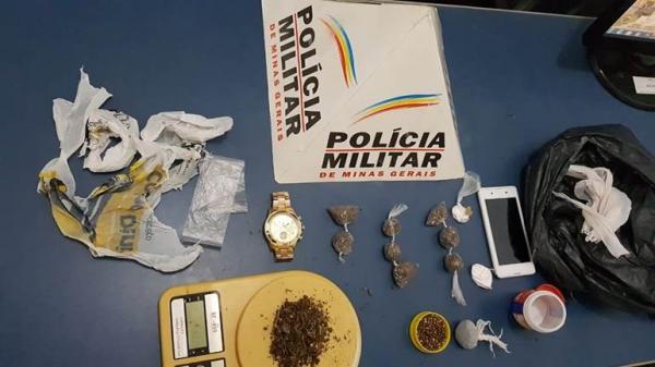Quatro pessoas conduzidas para a delegacia em Manhuaçu acusadas de tráfico de drogas