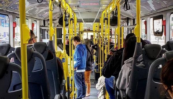 Menina é atacada em ônibus após cantar hino gospel