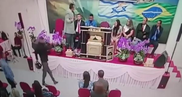 Homem entra na igreja e atira em pastor. (Foto: Reprodução / Youtube)