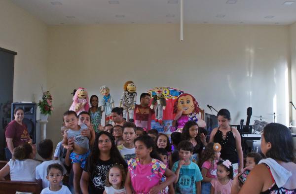 Crianças da Vila Formosa em Manhuaçu se alegraram com Leco e Lili
