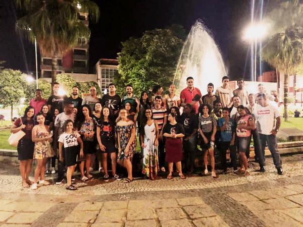 Jovens da AD de Carangola realizaram evangelismo na praça central