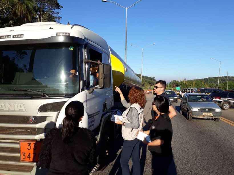 Blitz educativa orienta transportadores de produtos perigosos na BR-381, em Sabará