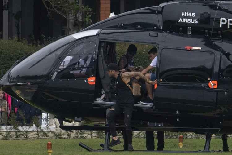 Neymar desembarcou na Granja Comary meia-hora depois da saída da Polícia Civil (Foto: Mauro PIMENTEL / AFP)