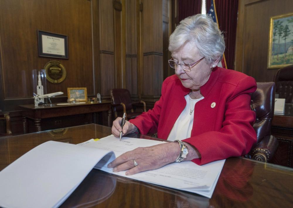A governadora do Alabama, Kay Ivey, precisa sancionar a lei aprovada na Assembleia Legislativa para que ela entre em vigor — Foto: Hal Yeager/Alabama Governor's Office via AP