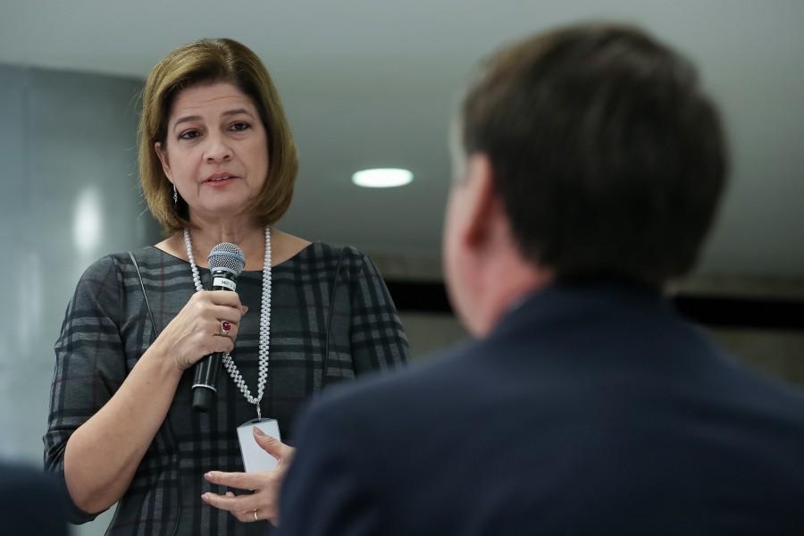 O presente foi entregue a Jair Bolsonaro após o café da manhã promovido no Planalto com jornalistas que fazem a cobertura do dia a dia da Presidência da República.