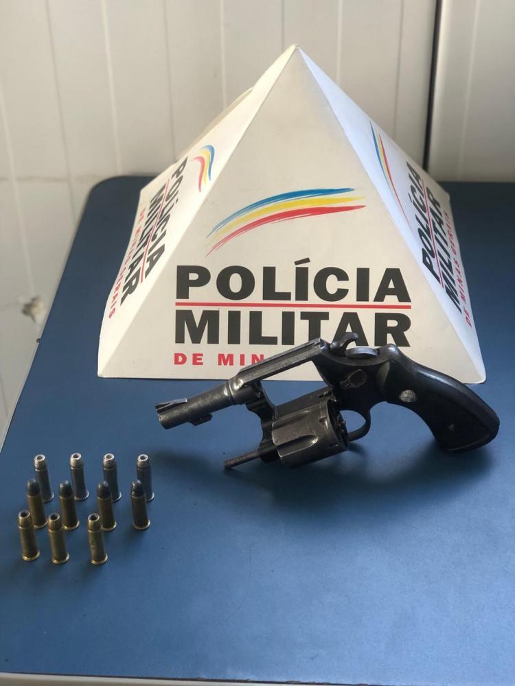 Os autores responsáveis por esconder a arma utilizada no crime foram presos e conduzidos até a Delegacia de Polícia Civil para as demais providências.