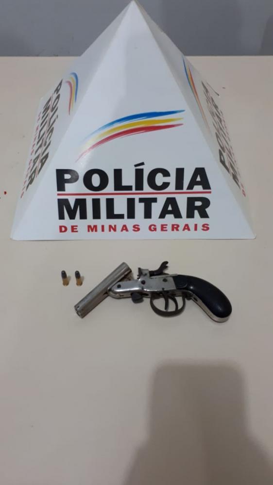 A arma foi apreendida e encaminhada a Delegacia para demais providências.
