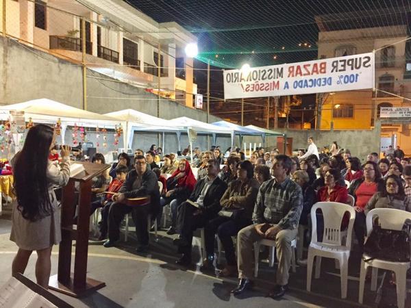 Carolina Emerick louvou no Super Bazar Missionário em Manhuaçu (foto:Moisés de Oliveira)