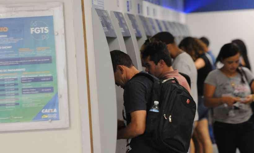 Quem tem a senha do Cartão Cidadão pode sacar qualquer valor até R$ 500 nas casas lotéricas e nos caixas eletrônicos.