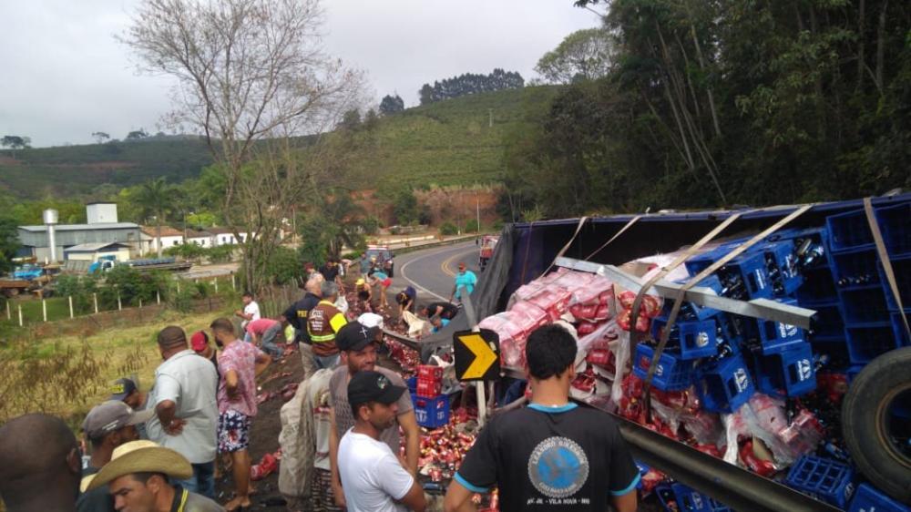 Várias pessoas saquearam parte da carga.