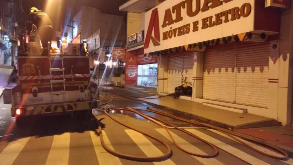 Duas equipes do Corpo de Bombeiros foram para a loja Atual Móveis e Eletro, próximo ao Banco do Bradesco, no centro de Manhuaçu