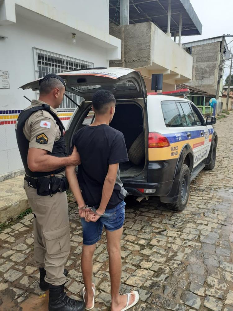 Ele tentava fugir da cidade em um veículo táxi, e já estava no trevo de Santa Margarida, quando foi abordado pelos militares.