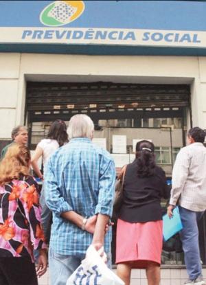 Aposentados e pensionistas começam a receber primeira parcela do 13º